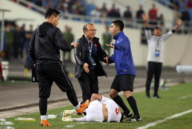 Ông Park tính phi vô sân khi thấy học trò bị phạm lỗi thô bạo - Ảnh 2.
