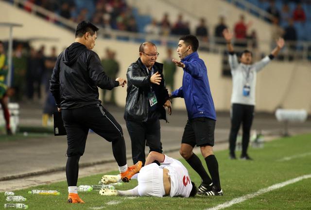 Ông Park tính phi vô sân khi thấy học trò bị phạm lỗi thô bạo - Ảnh 3.