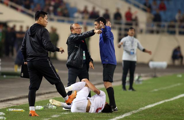 Ông Park tính phi vô sân khi thấy học trò bị phạm lỗi thô bạo - Ảnh 4.
