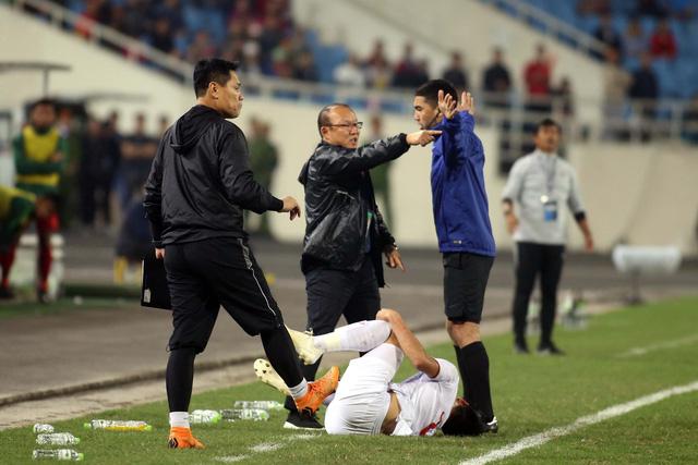 Ông Park tính phi vô sân khi thấy học trò bị phạm lỗi thô bạo - Ảnh 5.
