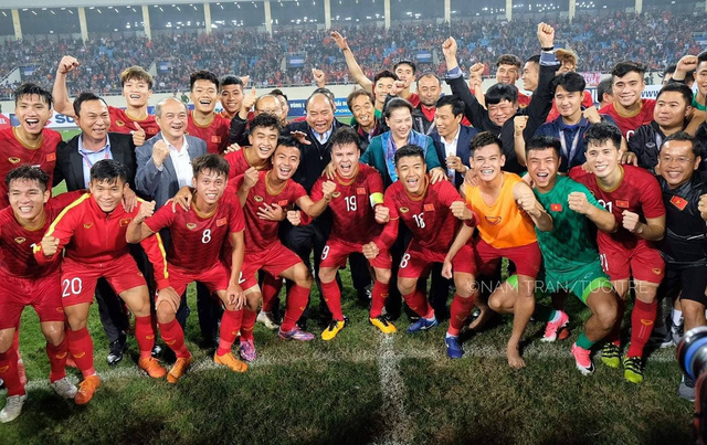 Thủ tướng, Chủ tịch Quốc hội, HLV Park chụp hình cùng tuyển U23 Việt Nam - Ảnh 2.