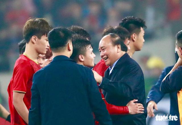 Thủ tướng, Chủ tịch Quốc hội, HLV Park chụp hình cùng tuyển U23 Việt Nam - Ảnh 1.