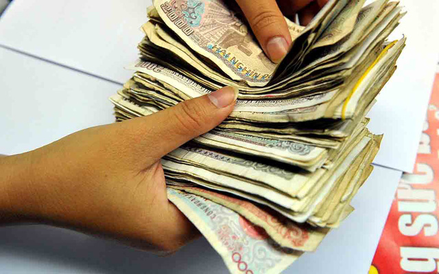 Tiền mệnh giá 200 đồng, 500 đồng, đến chị hàng rong cũng... chê - Ảnh 1.