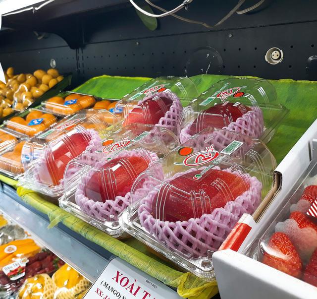 Xoài mặt trời, trái cây ngoại hơn triệu đồng/kg vẫn đắt hàng - Ảnh 3.