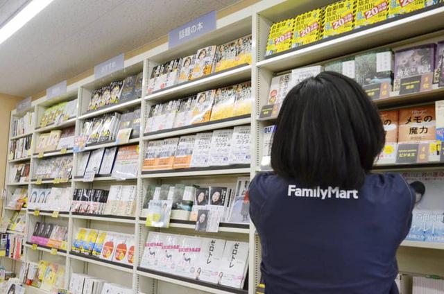 Bán sách trong cửa hàng tiện lợi vậy mà thắng lợi - Ảnh 1.