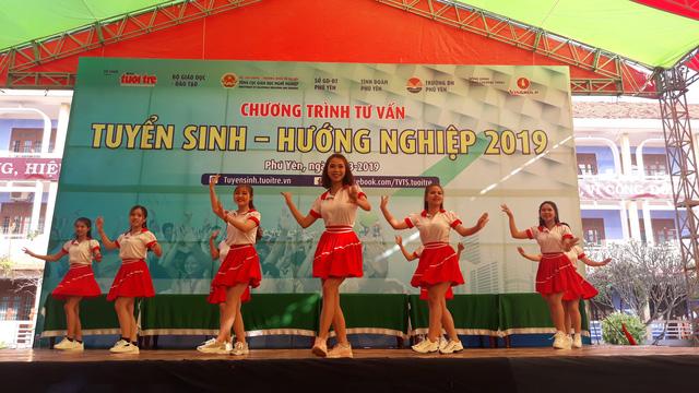 5.000 học sinh Phú Yên rộn ràng ngày Tư vấn tuyển sinh - Ảnh 1.
