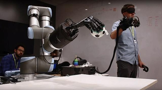 Bàn tay robot dành cho những người yêu xa - Ảnh 1.