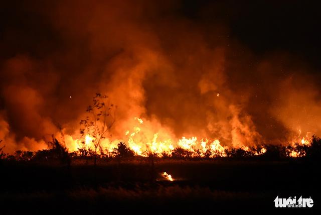 Đồng cỏ cháy rực trời đe dọa hàng chục hộ dân - Ảnh 2.