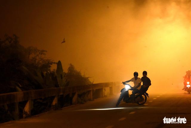 Đồng cỏ cháy rực trời đe dọa hàng chục hộ dân - Ảnh 4.