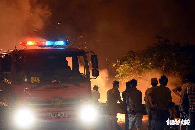Đồng cỏ cháy rực trời đe dọa hàng chục hộ dân - Ảnh 6.