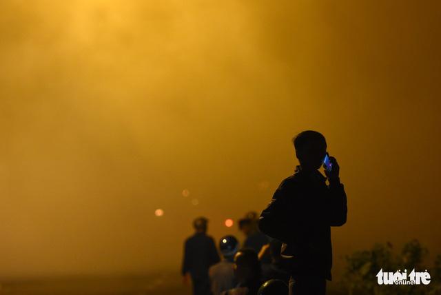 Đồng cỏ cháy rực trời đe dọa hàng chục hộ dân - Ảnh 3.