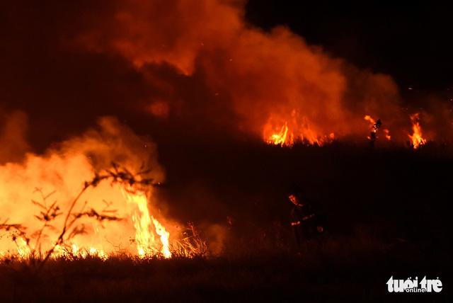 Đồng cỏ cháy rực trời đe dọa hàng chục hộ dân - Ảnh 7.