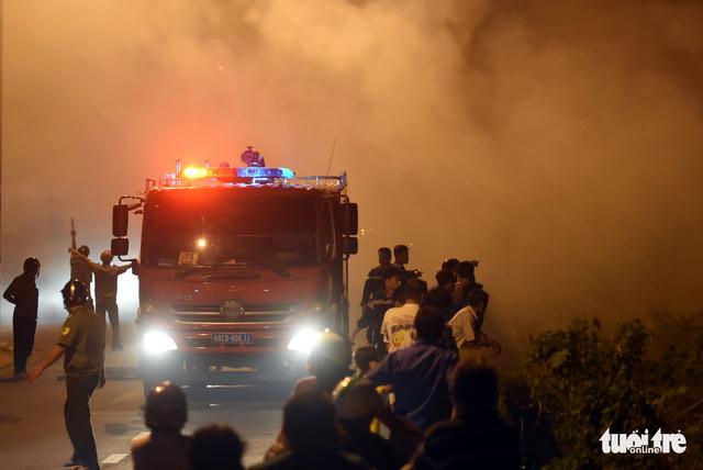 Đồng cỏ cháy rực trời đe dọa hàng chục hộ dân - Ảnh 8.