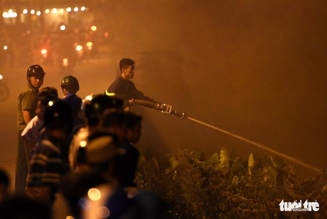 Đồng cỏ cháy rực trời đe dọa hàng chục hộ dân - Ảnh 9.