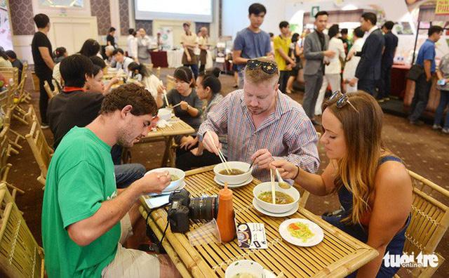 Đài Ả Rập khen ẩm thực đường phố Việt Nam độc đáo và hấp dẫn - Ảnh 2.