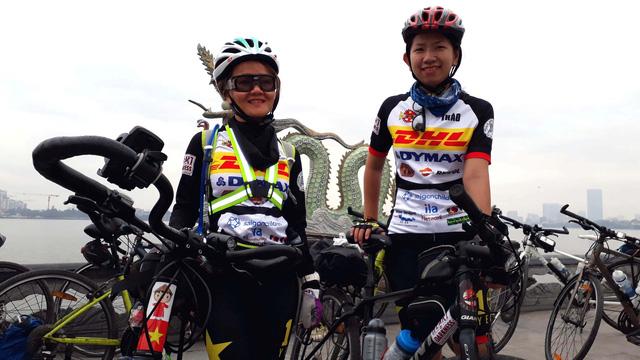 Đạp xe từ Hà Nội đến TP.HCM giúp đỡ những cuộc đời bất hạnh - Ảnh 1.
