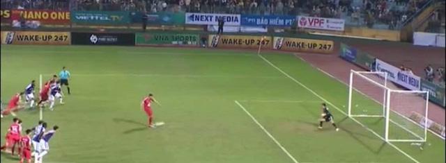 Khi trọng tài FIFA quên... luật - Ảnh 1.