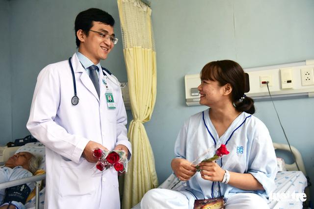 Tặng hoa hồng cho 600 bệnh nhân nữ - Ảnh 1.