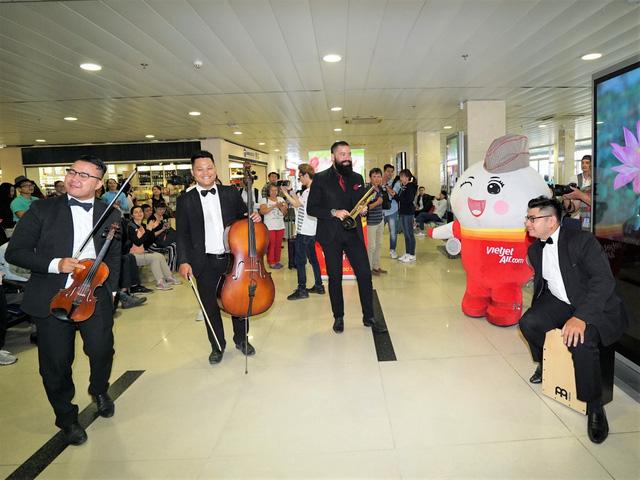 Vietjet chúc mừng các nữ hành khách tại sân bay - Ảnh 1.