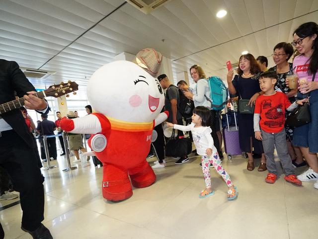 Vietjet chúc mừng các nữ hành khách tại sân bay - Ảnh 2.