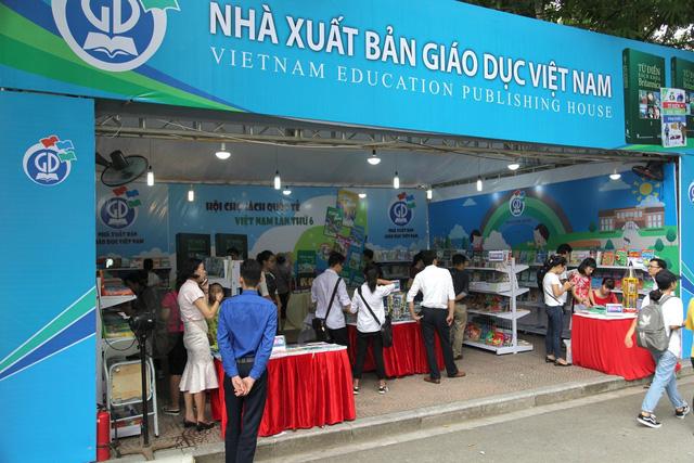 Bộ Giáo dục và đào tạo yêu cầu chưa điều chỉnh tăng giá sách giáo khoa - Ảnh 1.