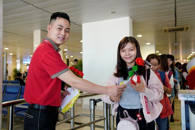 Vietjet chúc mừng các nữ hành khách tại sân bay - Ảnh 3.