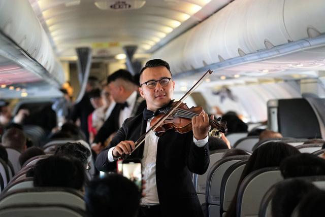 Vietjet chúc mừng các nữ hành khách tại sân bay - Ảnh 4.