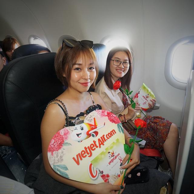 Vietjet chúc mừng các nữ hành khách tại sân bay - Ảnh 5.