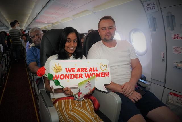 Vietjet chúc mừng các nữ hành khách tại sân bay - Ảnh 6.