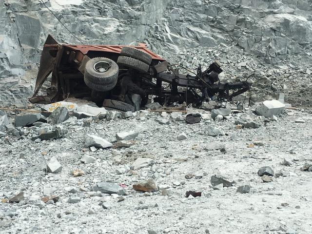 Xe tải trôi dốc mỏ đá, nam tài xế chết thảm - Ảnh 3.