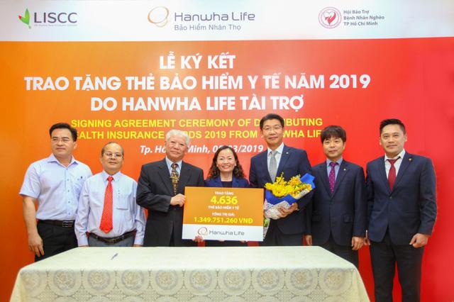 Hanwha Life Việt Nam trao tặng hơn 4.600 thẻ BHYT cho người nghèo - Ảnh 1.