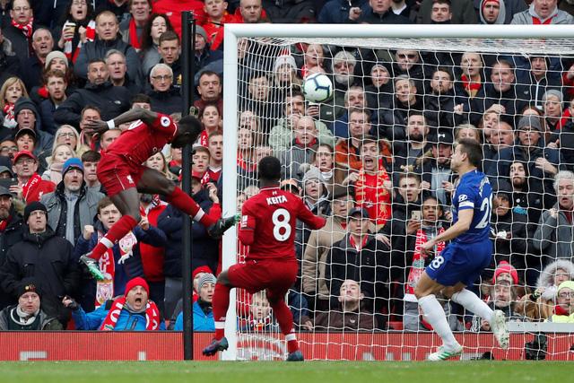 Salah lập siêu phẩm, Liverpool hạ Chelsea trở lại đỉnh bảng - Ảnh 1.
