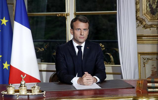 Tổng thống Pháp cam kết xây lại Nhà thờ Đức Bà Paris 'đẹp hơn' trong 5 năm - Ảnh 1.