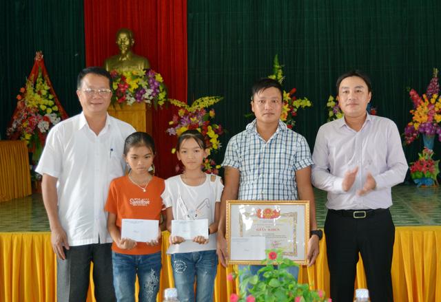 Khen thưởng người cứu hai em nhỏ bị sóng biển cuốn ở Quảng Bình - Ảnh 1.