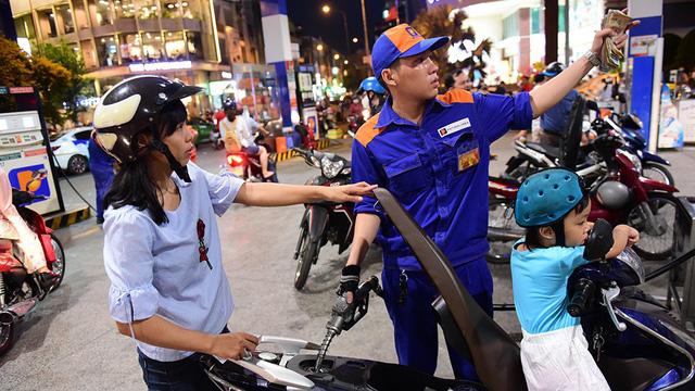 Giá xăng tăng gần 1.500 đồng/lít từ 17h giờ chiều 2-4 - Ảnh 1.