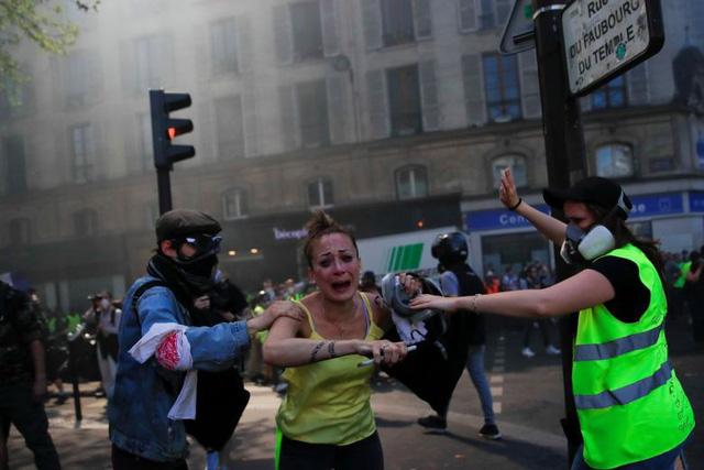 Người biểu tình áo vàng đụng độ cảnh sát Paris - Ảnh 1.