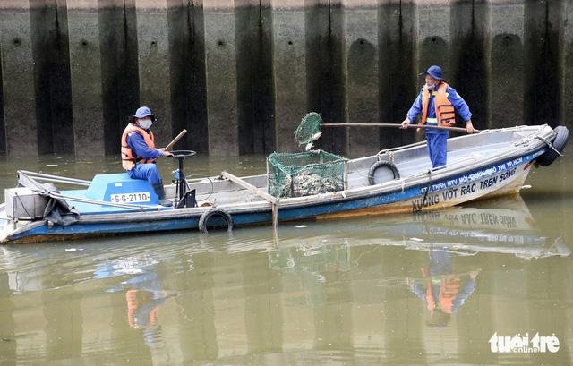 TP.HCM chỉ đạo giảm đàn để phòng cá chết ở kênh Nhiêu Lộc - Thị Nghè - Ảnh 1.