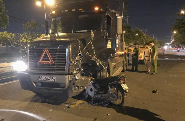 Xe kẹo kéo găm đứng vào đầu xe container, 1 người chết tại chỗ - Ảnh 1.