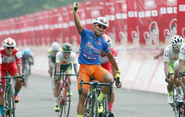 Lê Nguyệt Minh chiến thắng vòng đua tốc độ cao - Ảnh 1.