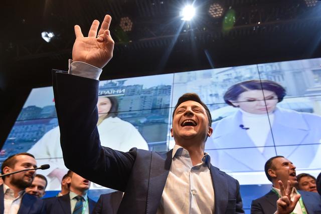 Diễn viên hài từng đóng vai tổng thống sẽ trở thành tổng thống Ukraine - Ảnh 1.
