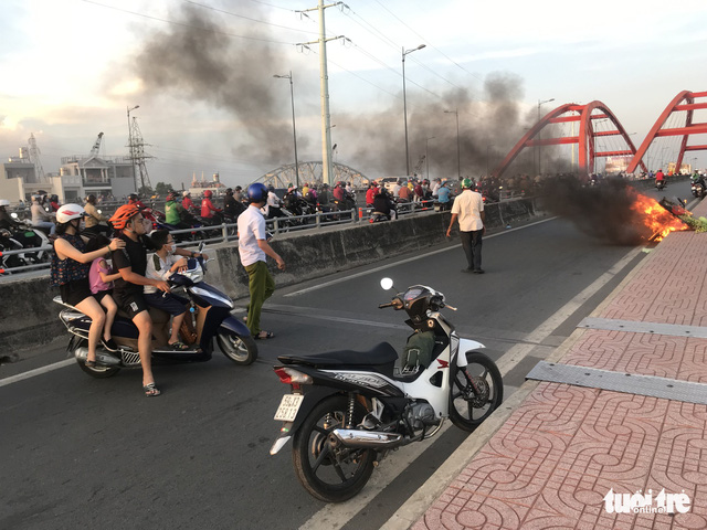 Xe máy bốc cháy ngùn ngụt trên cầu Bình Lợi - Ảnh 2.