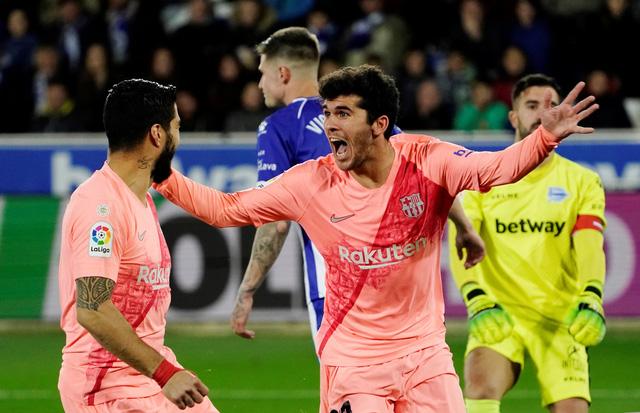 Suarez tỏa sáng, Barcelona chạm tay vào chức vô địch - Ảnh 1.
