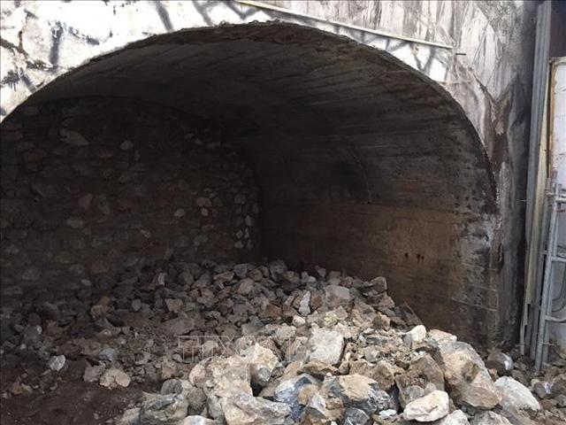 Thí điểm đục thông vòm cầu trên phố Phùng Hưng - Ảnh 1.