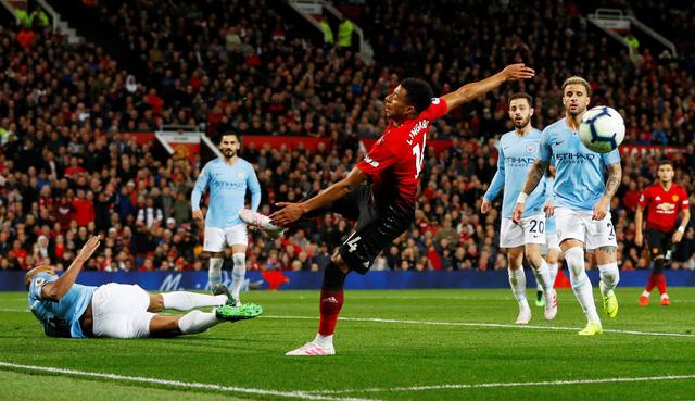 Đánh sập Old Trafford, M.C mở rộng cửa đến ngôi vô địch - Ảnh 2.