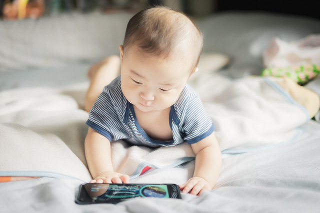 WHO lần đầu tiên khuyến cáo không cho trẻ dưới 1 tuổi xem điện thoại - Ảnh 1.