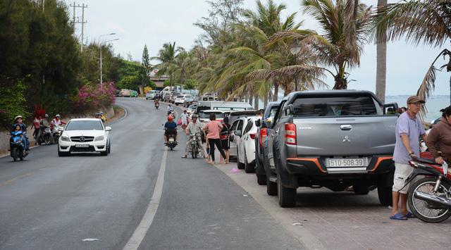 Thời tiết mát mẻ, du khách tấp nập đổ về biển Phan Thiết - Ảnh 3.