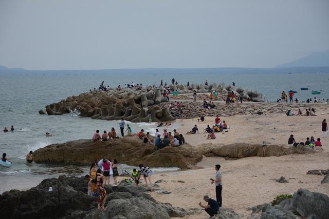 Thời tiết mát mẻ, du khách tấp nập đổ về biển Phan Thiết - Ảnh 1.