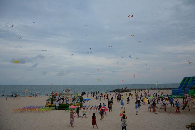 Thời tiết mát mẻ, du khách tấp nập đổ về biển Phan Thiết - Ảnh 2.