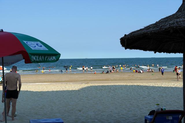 Bãi tắm nào ở Vũng Tàu cũng đang ngập du khách - Ảnh 5.