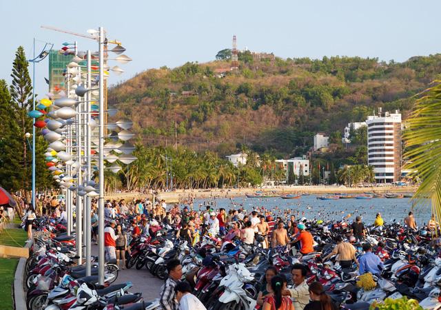 Bãi tắm nào ở Vũng Tàu cũng đang ngập du khách - Ảnh 4.
